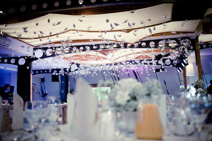 dekoracja sali podwieszane ptaki papierowe origami