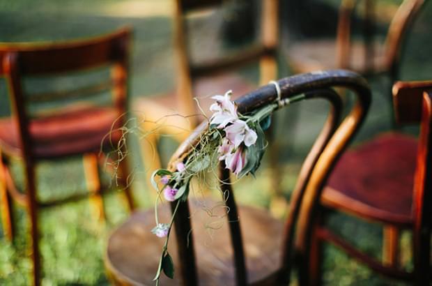 krzesłą drewniane na ceremonię w plenerze