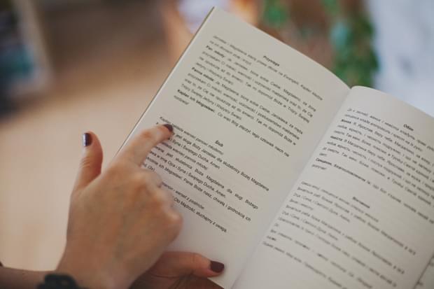 palec wskazujący tekst zdjęcie