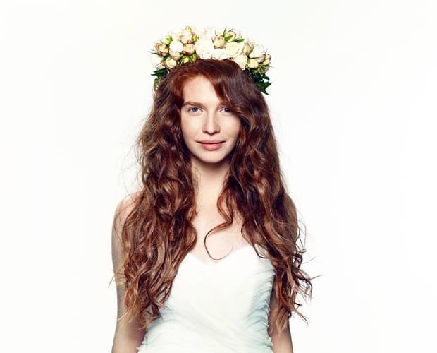 romantyczna fryzura ślubna 2015 z kwiatami wianek (1)