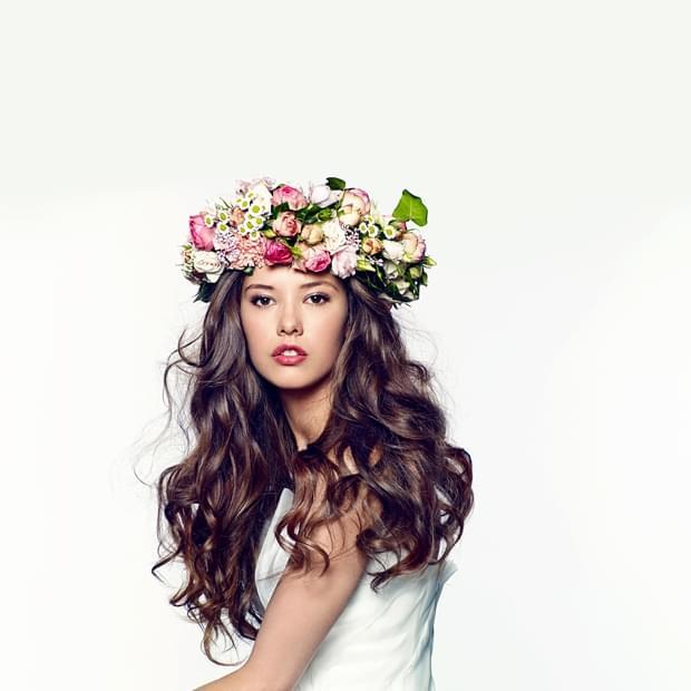 romantyczna fryzura ślubna 2015 z kwiatami wianek (2)
