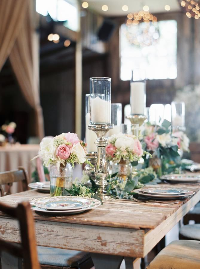rustykalne stoły na wesele zdjęcie