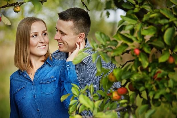 sesja zaręczynowa w sadzie zdjęcie