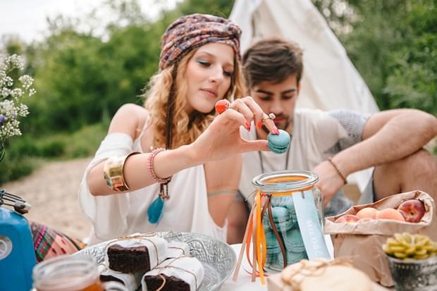 stylizowana sesja narzeczeńska hippie zdjęcie (16)