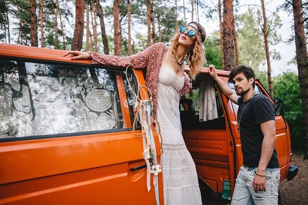 stylizowana sesja narzeczeńska hippie zdjęcie (34)