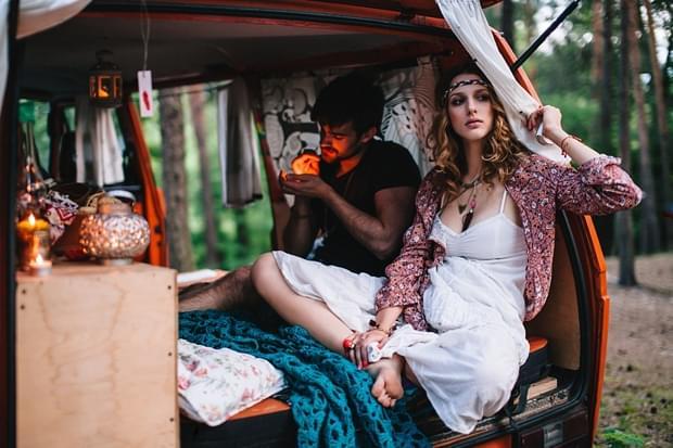 stylizowana sesja narzeczeńska hippie zdjęcie (53)