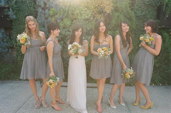 szare krótkie sukienki dla świadkowej i druhen