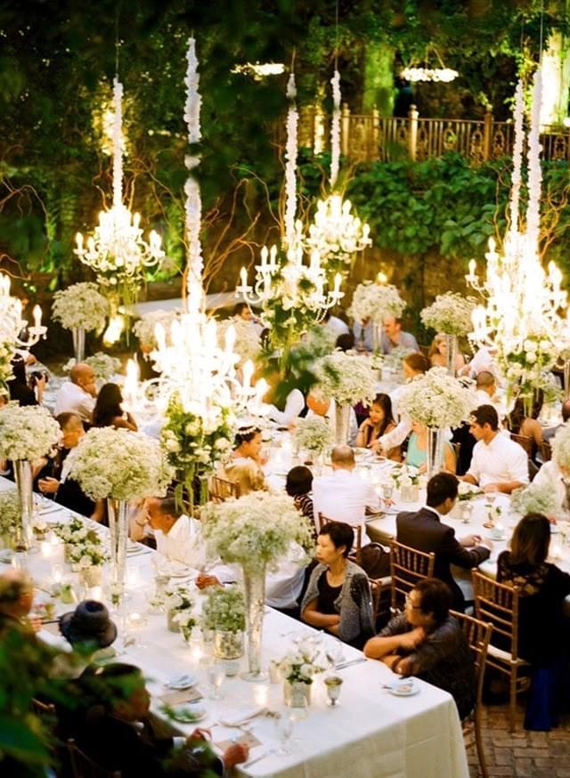 udekorowane żyrandole na weselu
