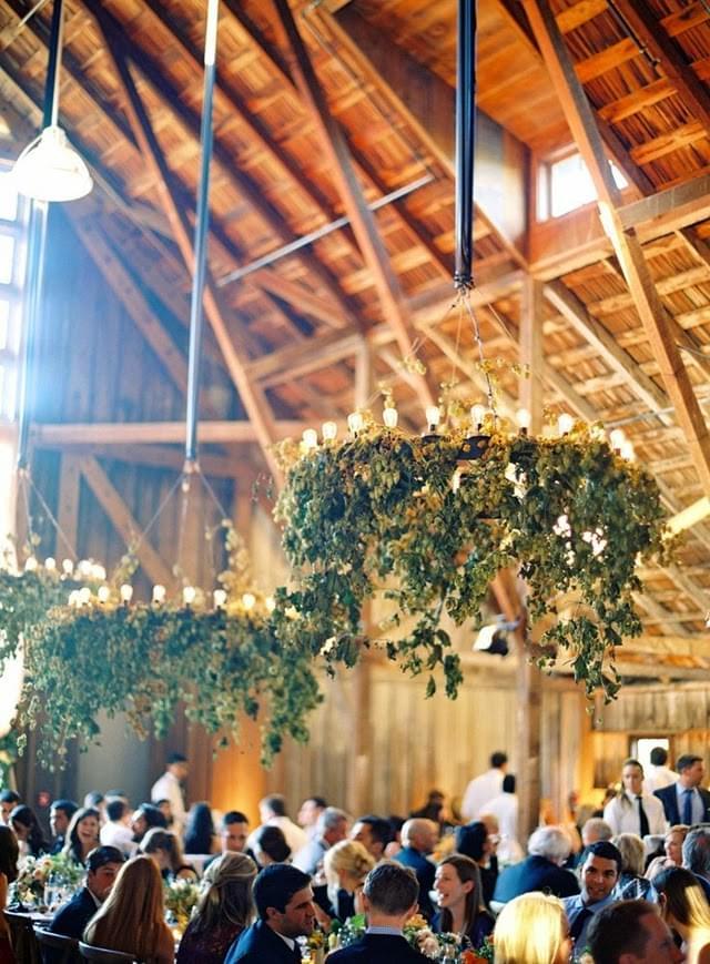 wesele w stodole żyrandole z ziół