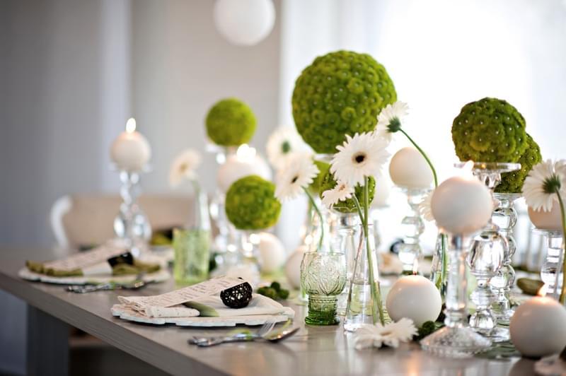 zielone dekoracje na stołach zdjęcie