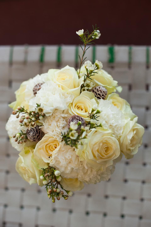 bukiet z różami i szyszkami